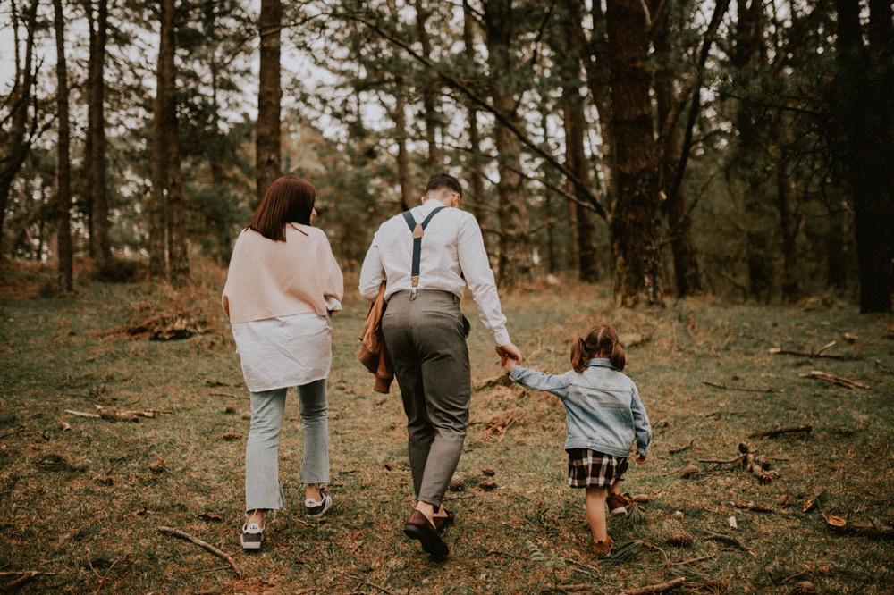 Fotografosbodabodasgaliciaretratosesiónfotograficacostaembarazadaafiestraa fiestrafotografiacreativaraqueldavid17 - Sesión familiar en un bosque de Galicia - Petite Olivia & Louis