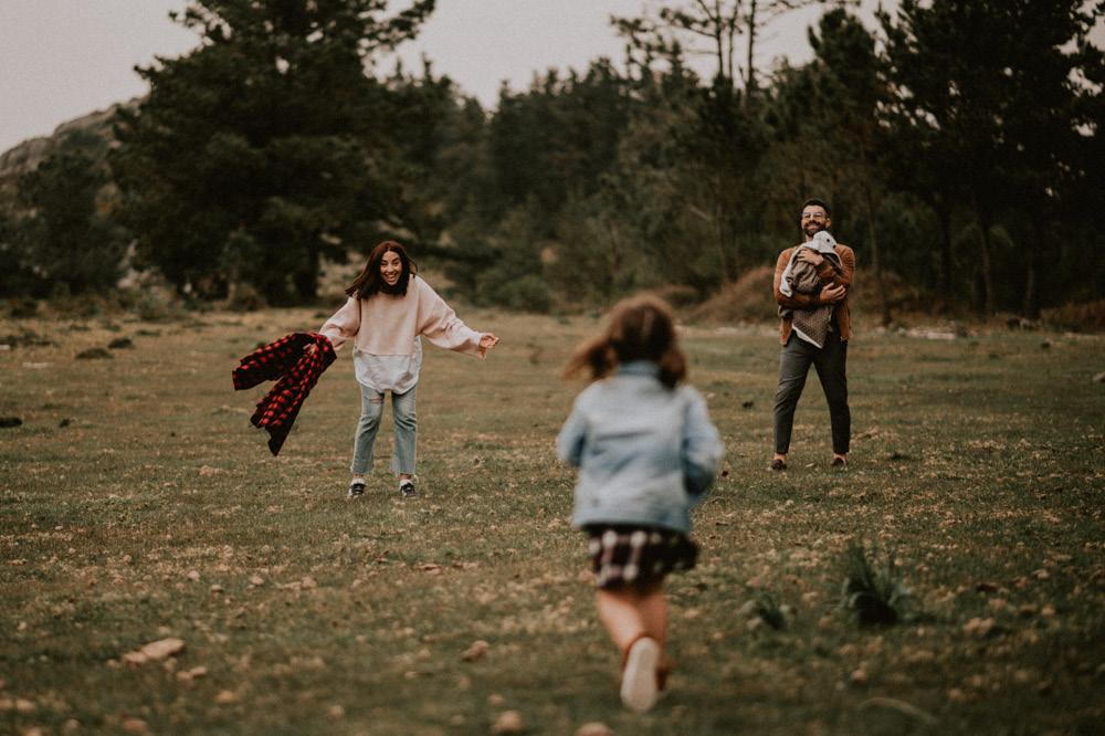 Fotografosbodabodasgaliciaretratosesiónfotograficacostaembarazadaafiestraa fiestrafotografiacreativaraqueldavid21 - Sesión familiar en un bosque de Galicia - Petite Olivia & Louis