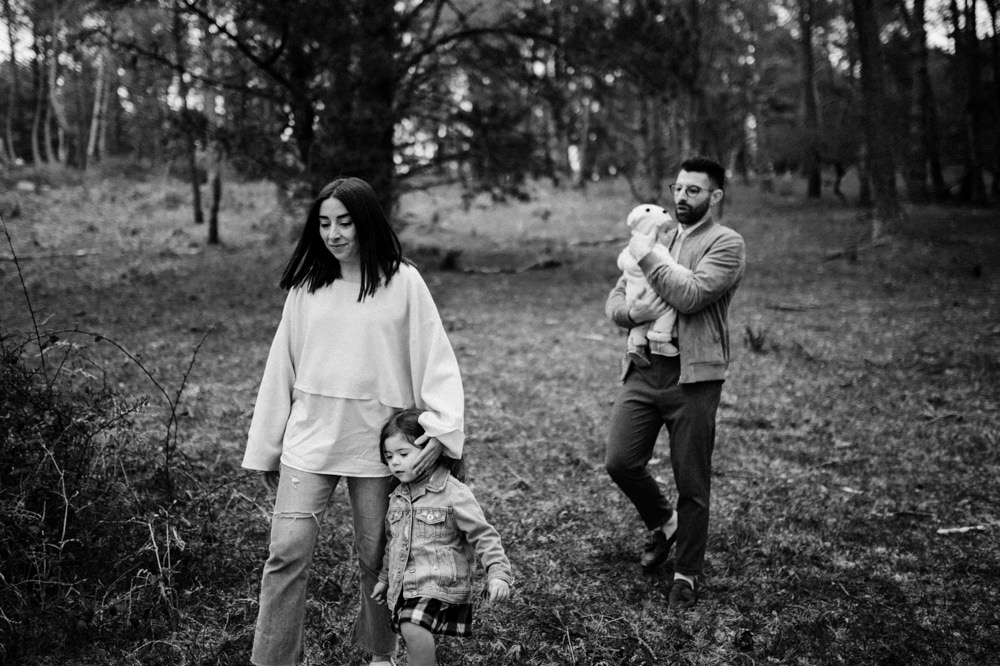 Fotografosbodabodasgaliciaretratosesiónfotograficacostaembarazadaafiestraa fiestrafotografiacreativaraqueldavid4 - Sesión familiar en un bosque de Galicia - Petite Olivia & Louis